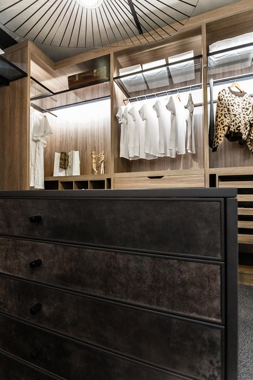 ekskluzywna ciemna szafka weleganckiej garderobie od ernestrust