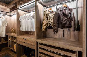 elegancka garderoba od ernestrust w jasno brązowym kolorze
