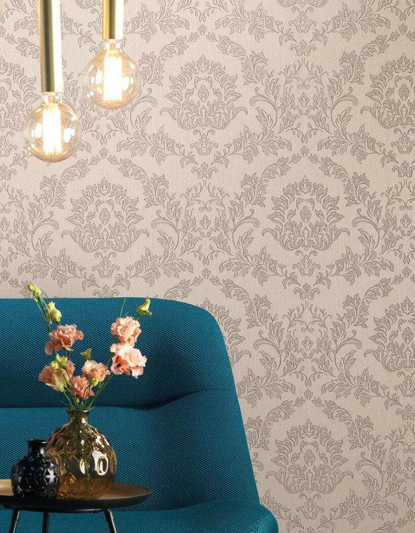 niebieska kanapa na tle kremowej ściany
