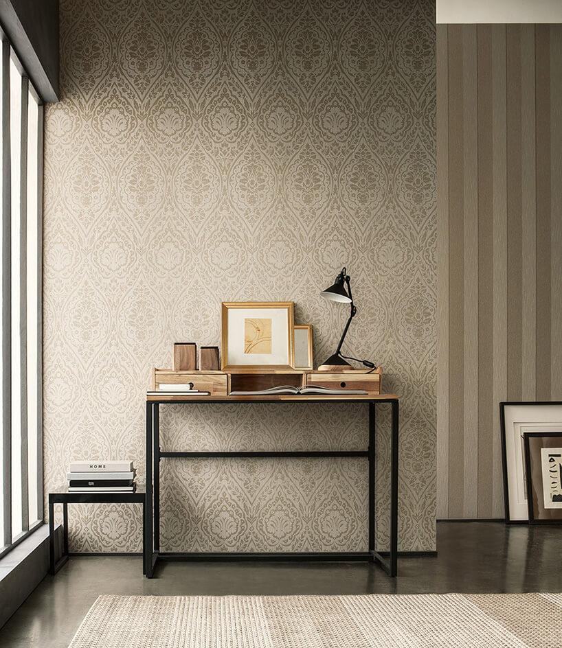 biurko czarna lampka na tle kremowej ściany