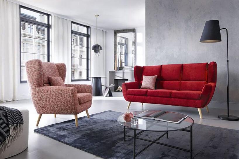 czerwona sofa Forli zwysokim oparciem wjasnym szarym salonie