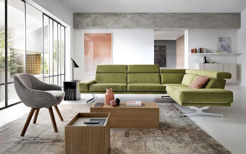 zielony narożnik Albano zwysokim oparciem wprzestronnym nowoczesnym salonie