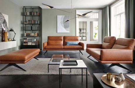 brązowe eleganckie sofy na metalowych nóżkach w nowoczesnym salonie