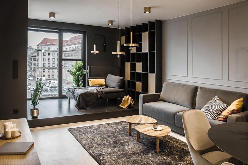 nowoczesny apartament od mauve szary salon zdużym oknem