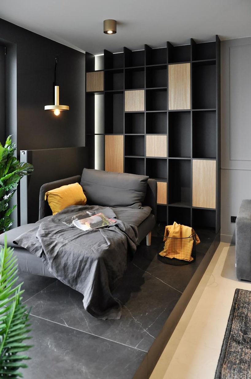 nowoczesny apartament od mauve szara leżanka na tle czarnej ściany zgrzejnikiem