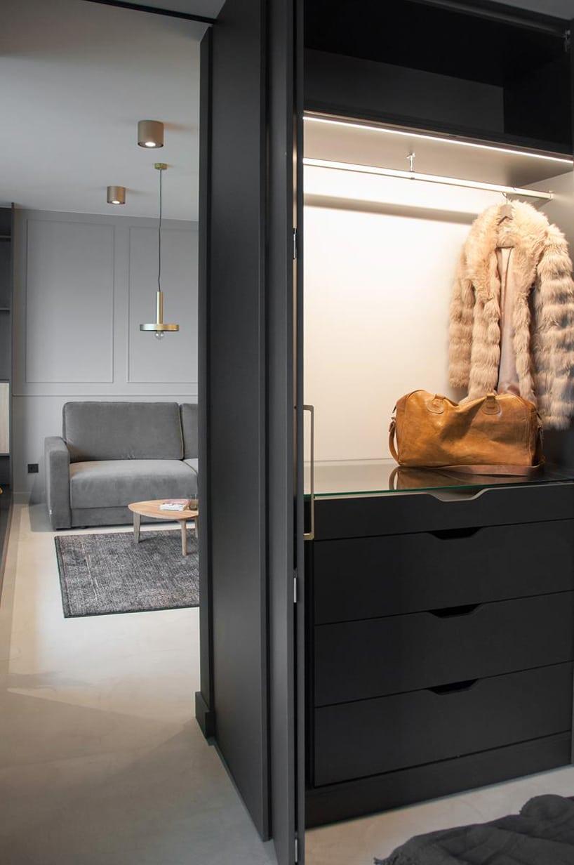 nowoczesny apartament od mauve ciemna przestronna szafa na tle wejścia do salonu