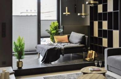 nowoczesny apartament od mauve szara leżanka na tle dużego okna