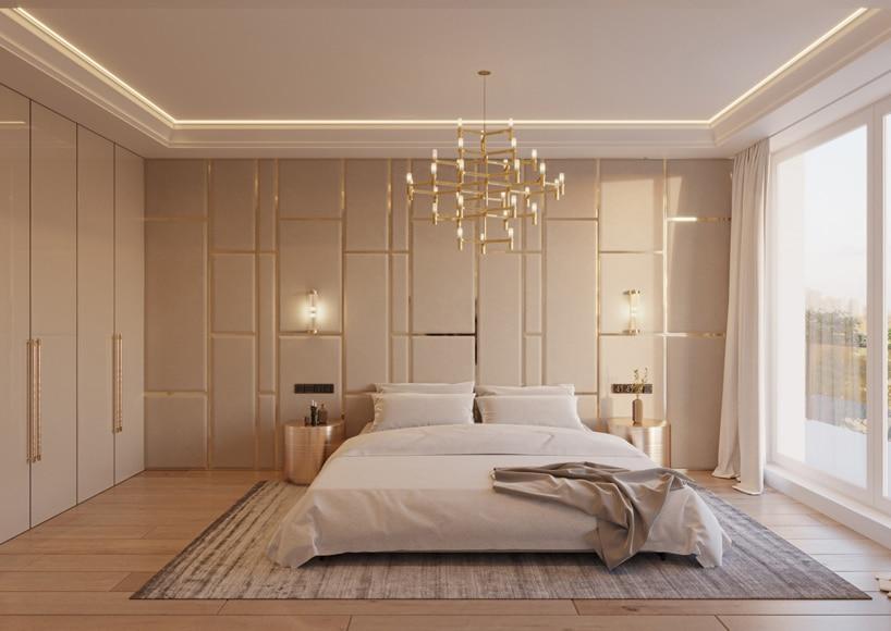 wnętrze eleganckiego apartamentu beżowa sypialnia zdużym łózkiem pod złotym żyrandolem
