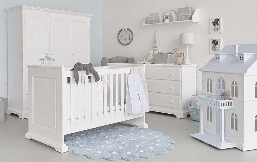 białe eleganckie meble dla dzieci od Nizio Home wjasnym pokoju szafa łóżeczko komoda zszufladami idomek dla lalek