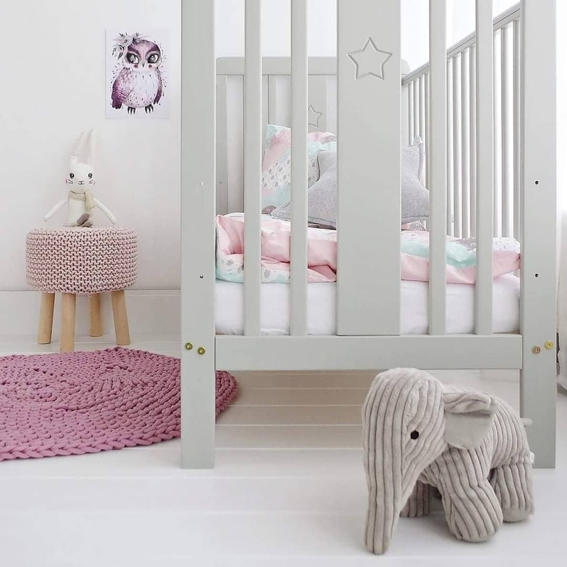 szare łóżeczko od Woodies Safe Dreams wjasnym pokoiku