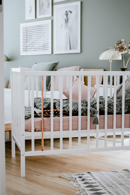 białe łóżeczko od Woodies Safe Dreams