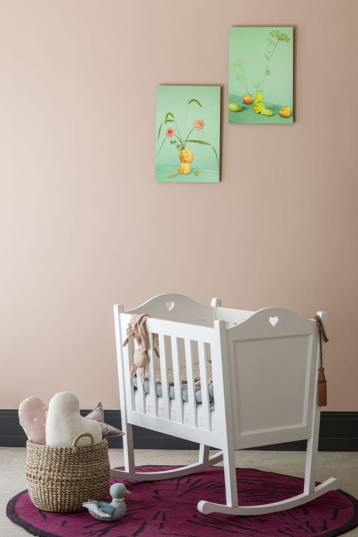 białe eleganckie bujane łóżeczko od NIZIO HOME na okrągłym fioletowym dywanie