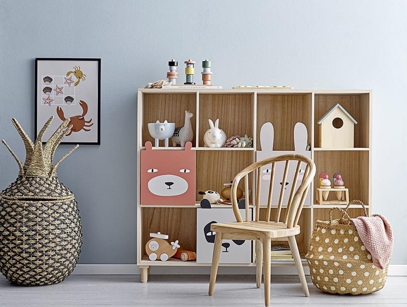 zestaw drewnianych mebli dziecięcych zszafką frontami wkształcie zwierząt idrewnianego krzesła