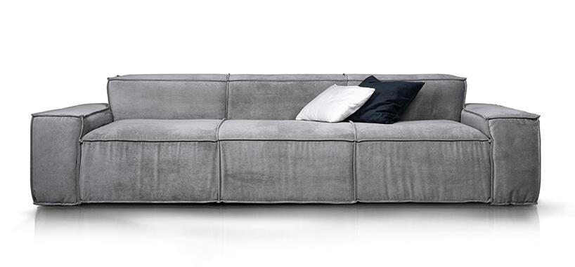 potrójna szara sofa Cushions od Rosanero zniskim tylnym oparciem