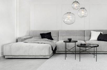 nowoczesny szary narożnik Cloud od Rosanero w aranżacji salonu ztrzema wyjątkowymi lampami wiszącymi