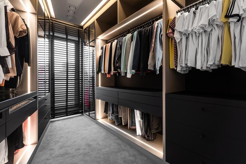elegancka garderoba częściowo czarną zpodświetleniem liniowym wewnątrz