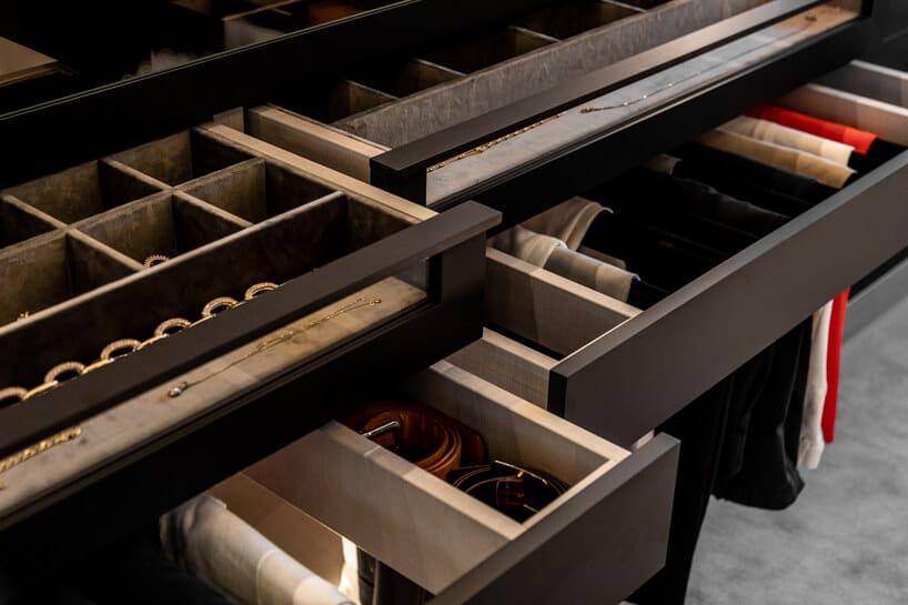 ciemno brązowe szuflady weleganckiej garderobie zorganizerami na paski ubiżuterię