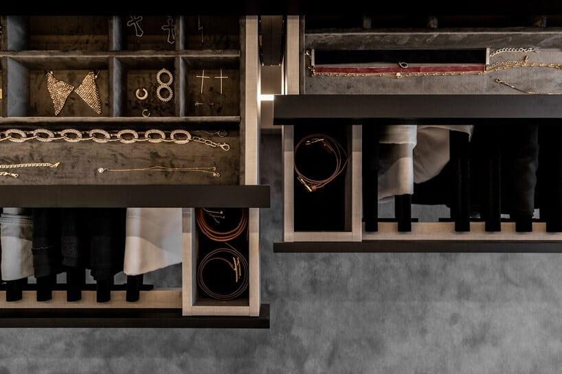 ciemno brązowe szuflady weleganckiej garderobie zorganizerami na paski ubiżuterię widok zgóry