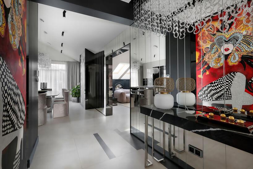 eleganckie wnętrze apartamentu ze ścianą pokrytą lustrzanymi taflami