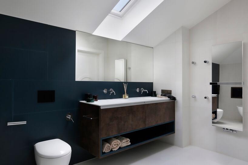 elegancka biało niebieska łazienka zgrzejnikiem zlustrem