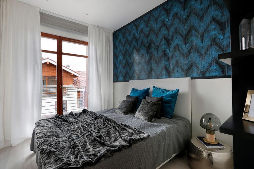 elegancka jasna sypialnia zniebiesko czarną tapetą od połowy wysokości ścuany