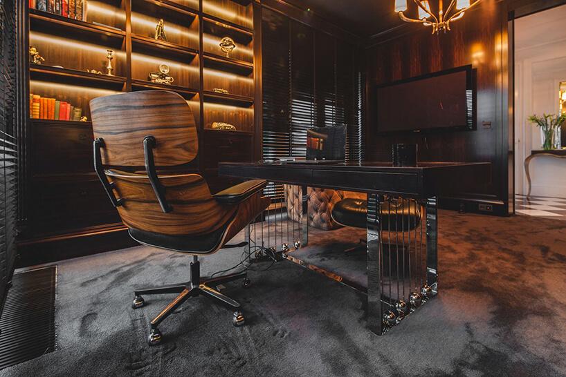 eleganckie wnętrze rezydencji od Taff Architekci drewniane biurko zmetalowym stelażem ze skórzanym fotelem zdrewnianym wykończeniem