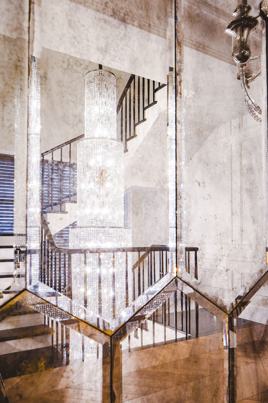 eleganckie wnętrze rezydencji od Taff Architekci ściana wykończona sześciokątnymi lustrami