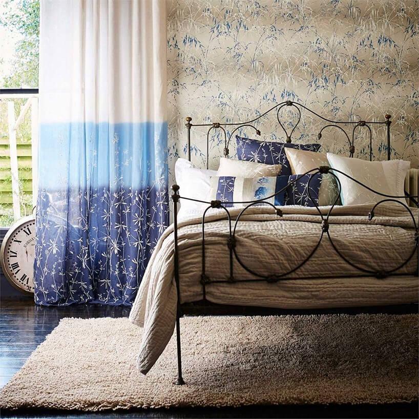 brązowe łóżko dywan iczarny zegar