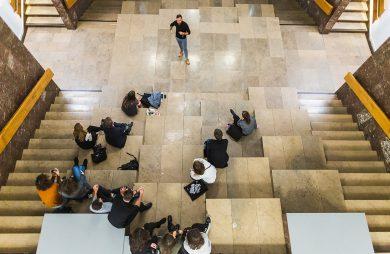 ludzie siedzący na schodach podczas jednej z prezentacji na 3. edycji Element Urban Talks