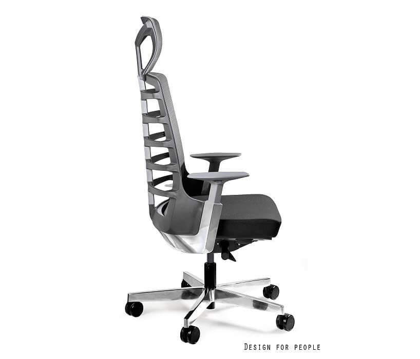 czarny ergonomiczny fotel biurowy stojący bokiem
