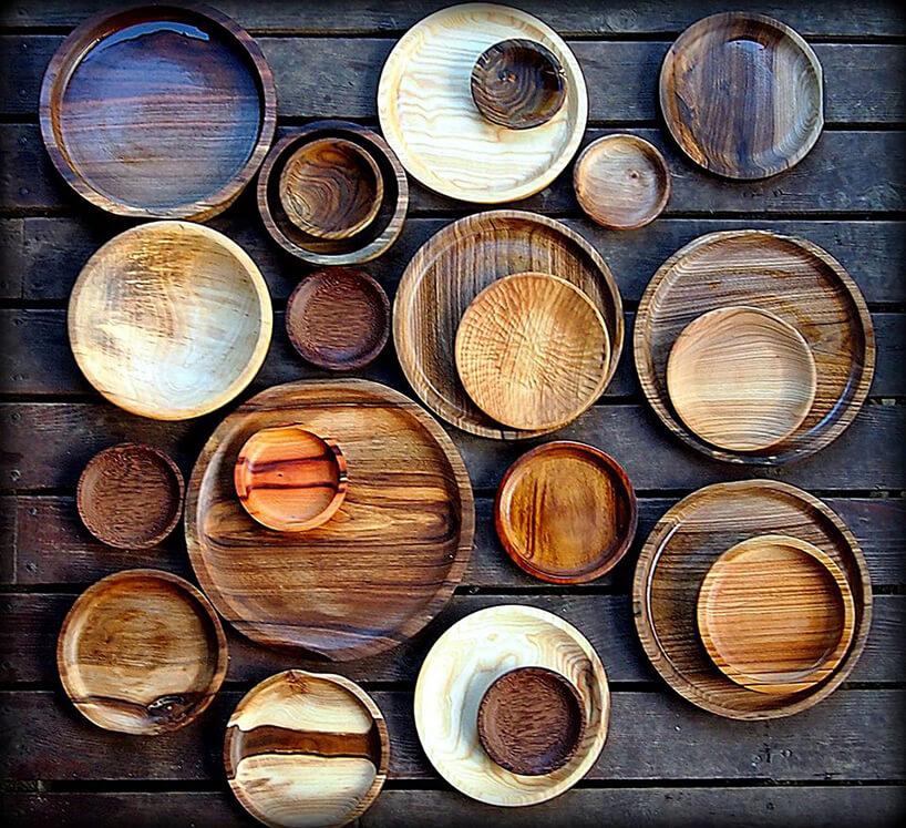 drewniane talerze leżące na stole - ujęcie zgóry