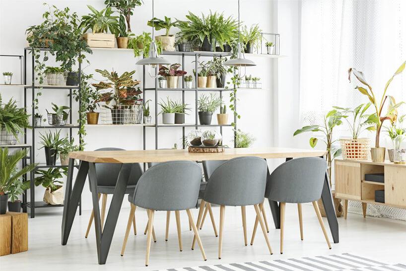 szare krzesła stojące przy drewnianym stole