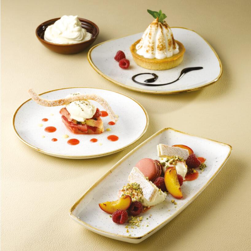 4 białe talerze ze złotym obramowaniem