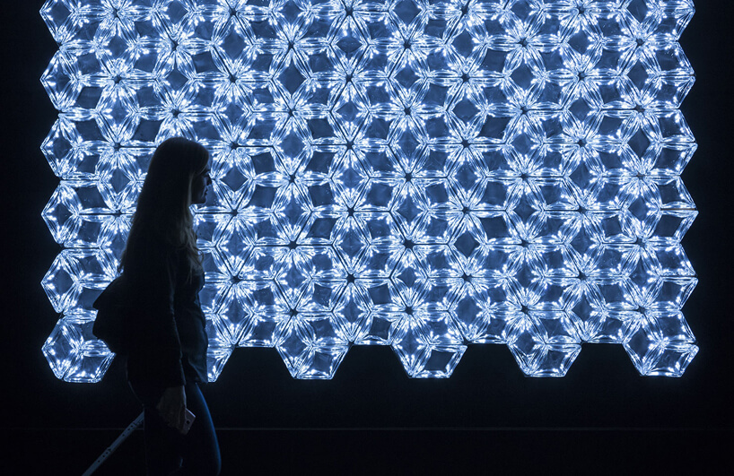 kobieta ztorbą na tle ściany delikatnego światła