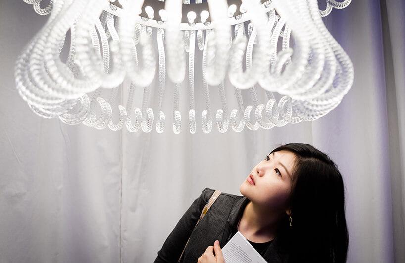 kobieta oglądająca wyjątkowy żyrandol