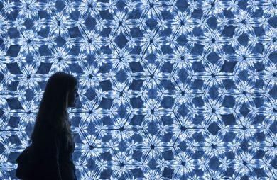 kobieta z torbą na tle ściany z delikatnego światła