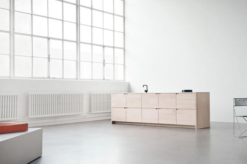 nowoczesna drewniana szafka kuchenna wbiałej przestrzeni loftu nagrodzona wEuropean Product Design Award 2019