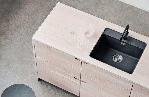 nowoczesna drewniana szafka kuchenna z osadzonym czarnym małym zlewem i baterią nagrodzona w European Product Design Award 2019