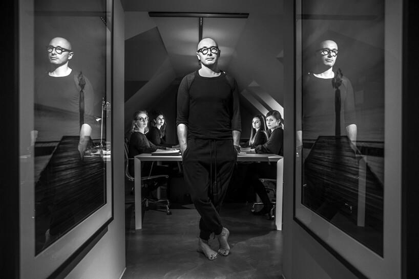 czarno białe zdjęcie PULVA stojącego wdrzwiach wejściowych do sali konferencyjnej