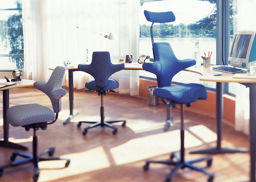 niebieskie zdelikatnym tłoczeniem ergonomiczne krzesło biurowe Peter Opsvik wowalnym biurze