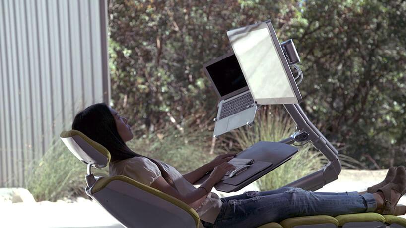 nowoczesne zielone krzesło biurowe Altwork Chair zzamontowanym komputerem opodstawką pod notebooka wpozycji leżącej