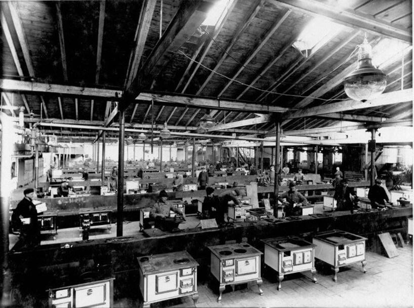 fabryka kuchenek na starym zdjęciu
