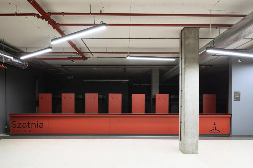 czerwona szatnia wotwartym pomieszczeniu