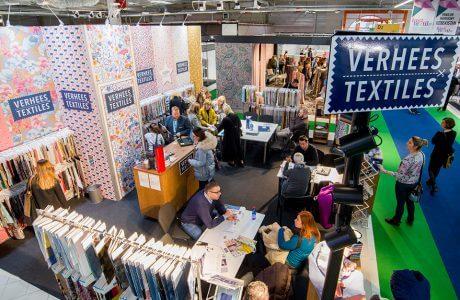 widok na stoiska z odwiedzającymi Fast Textil 2018