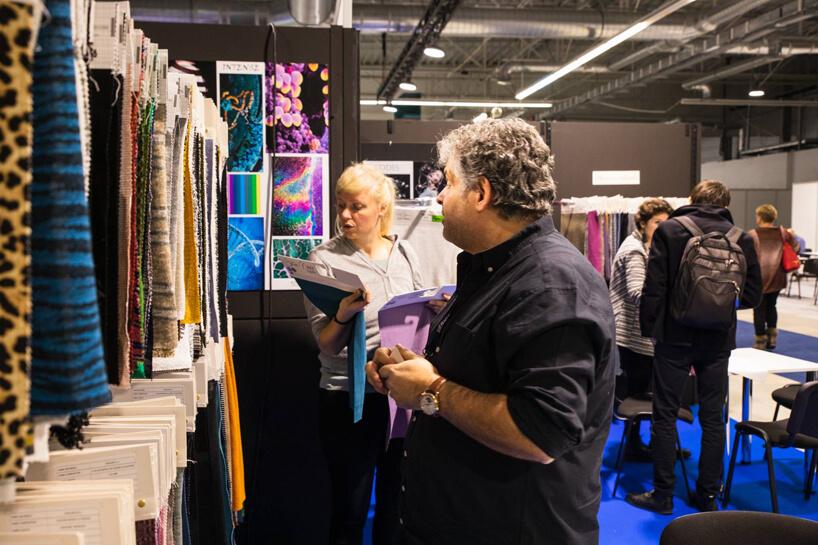 goście oglądający próbki tkani podczas fast textile 2018
