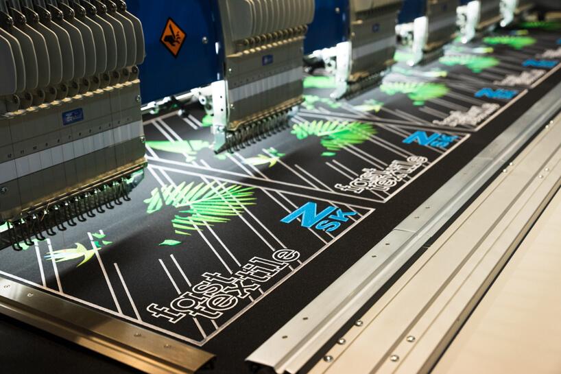 maszyna przemysłowa tworząca nadruki na tkaninach podczas pracy nad elementem znapisem fast textile