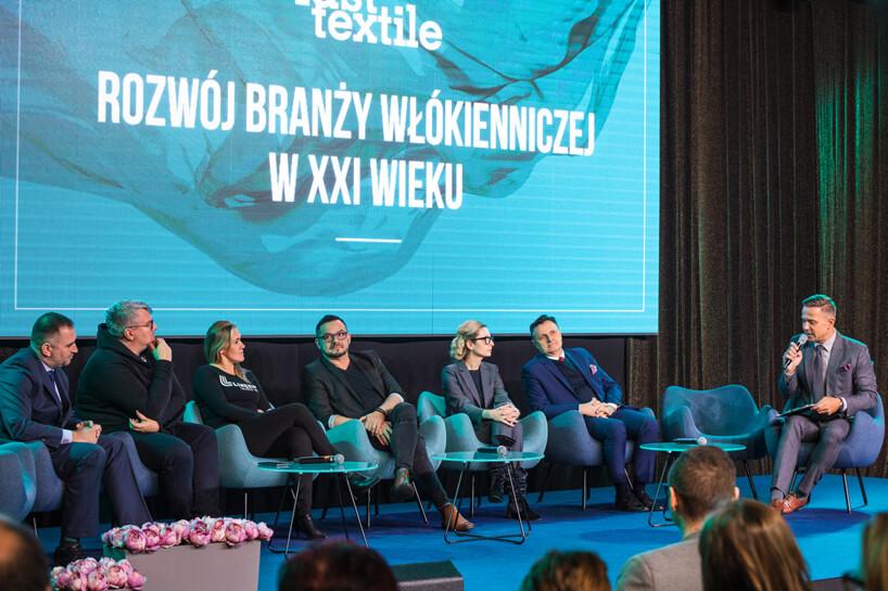 goście fast textile 2018 siedzący na scenie wniebieskich fotelach podczas rozmowy