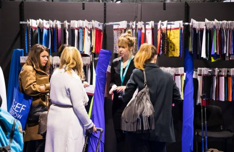 goście przy jednym ze stoisk na fast textile 2018