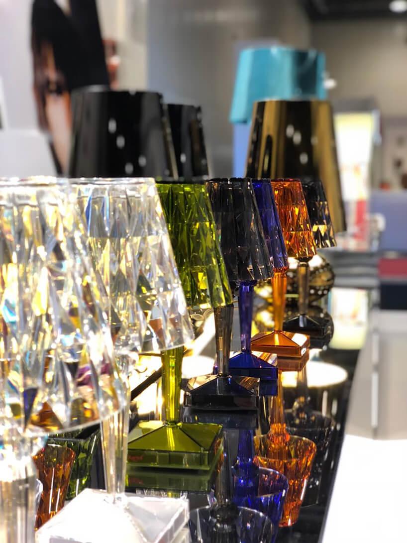 szklane lampy zróżnymi barwieniami wkolorach