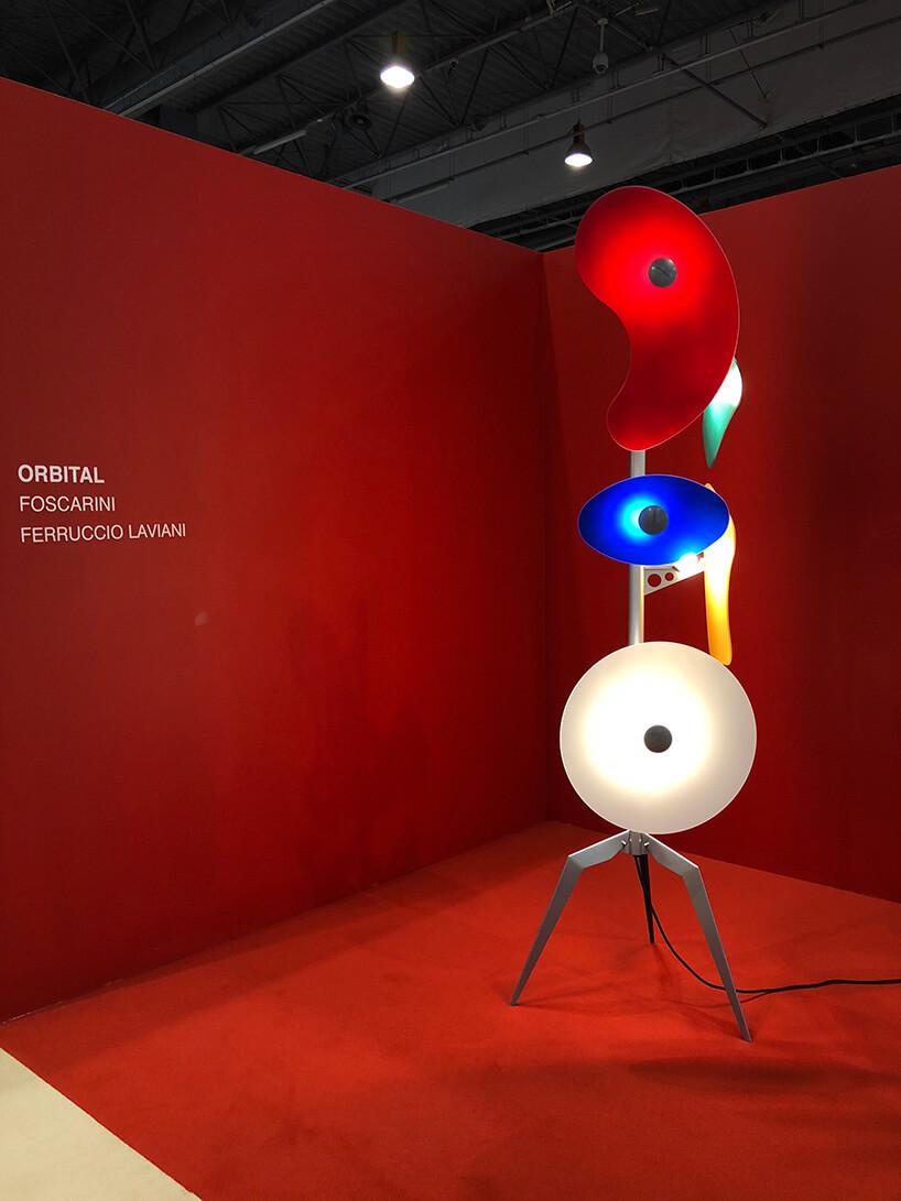 Lampa orbitalna wykonana zkliku kręgów wkolorze czerwonym iniebieskim